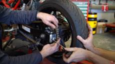 Serwisowanie motocykla – wymiana łańcucha i zębatek krok po kroku